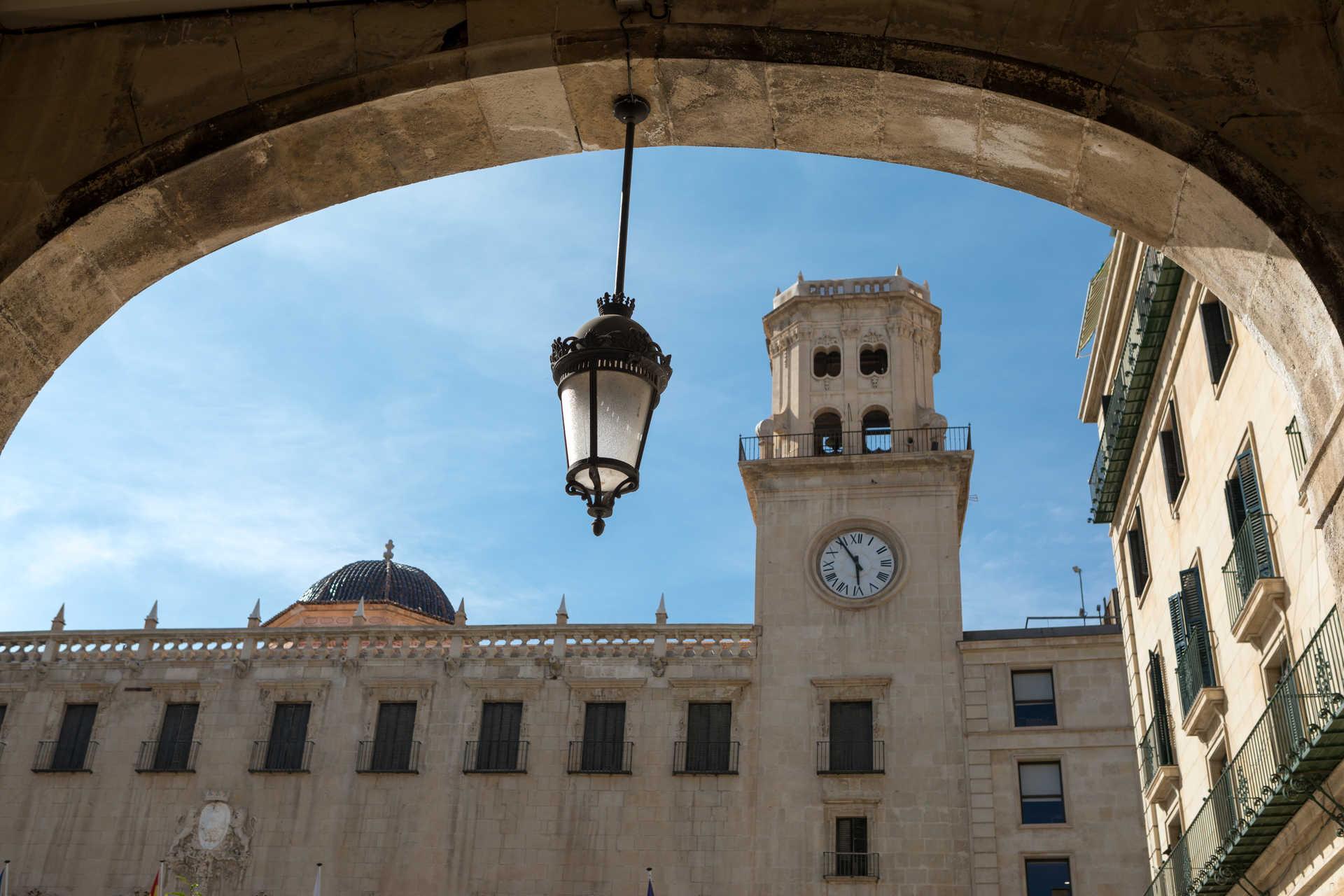 https://multimedia.comunitatvalenciana.com/1A3821679A04436A94CDD6066B327AEA/img/A3973DDC285C4185B4553563B440FA53/Ayuntamiento_Alicante_B4A6150.jpg?responsive