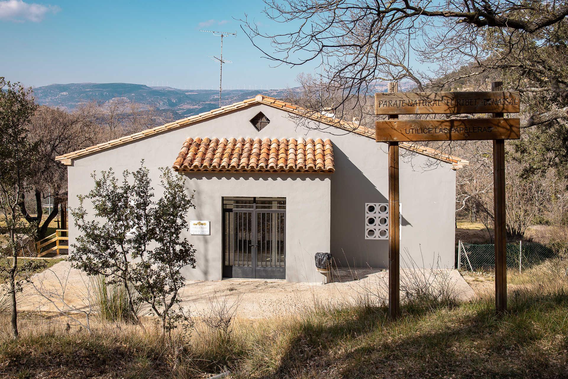 https://multimedia.comunitatvalenciana.com/7EDA3264C041460F84F17A1E7550C8CC/img/41D25FB083E947E6A1D314CB07FAFEE1/Centro_interpretacion_del_Rivet-exterior.jpg?responsive