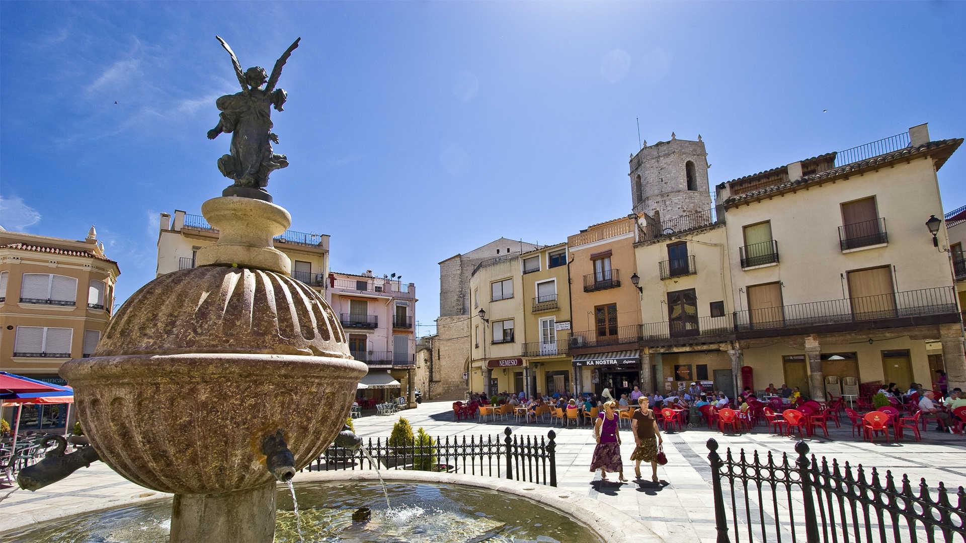 https://multimedia.comunitatvalenciana.com/85DAC8BFB9B34BD0BB5005D0ADB3DC61/img/B30667A6C6BB4701B0AB65BB6E1FEB71/Sant_Mateu_Plaza_Mayor_1.jpg?responsive
